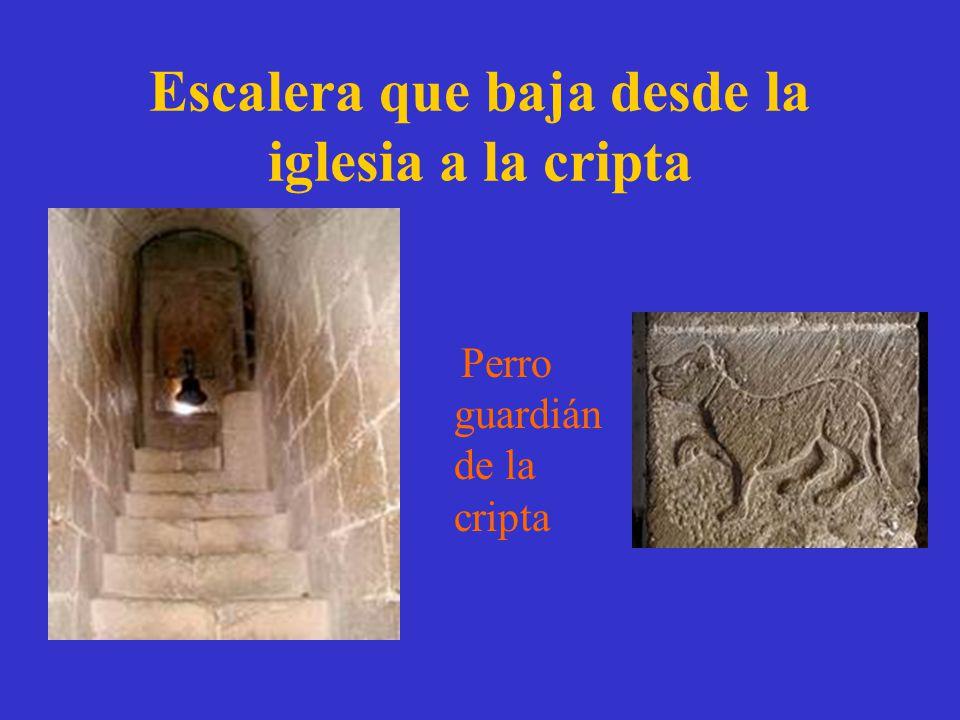 Escalera que baja desde la iglesia a la cripta