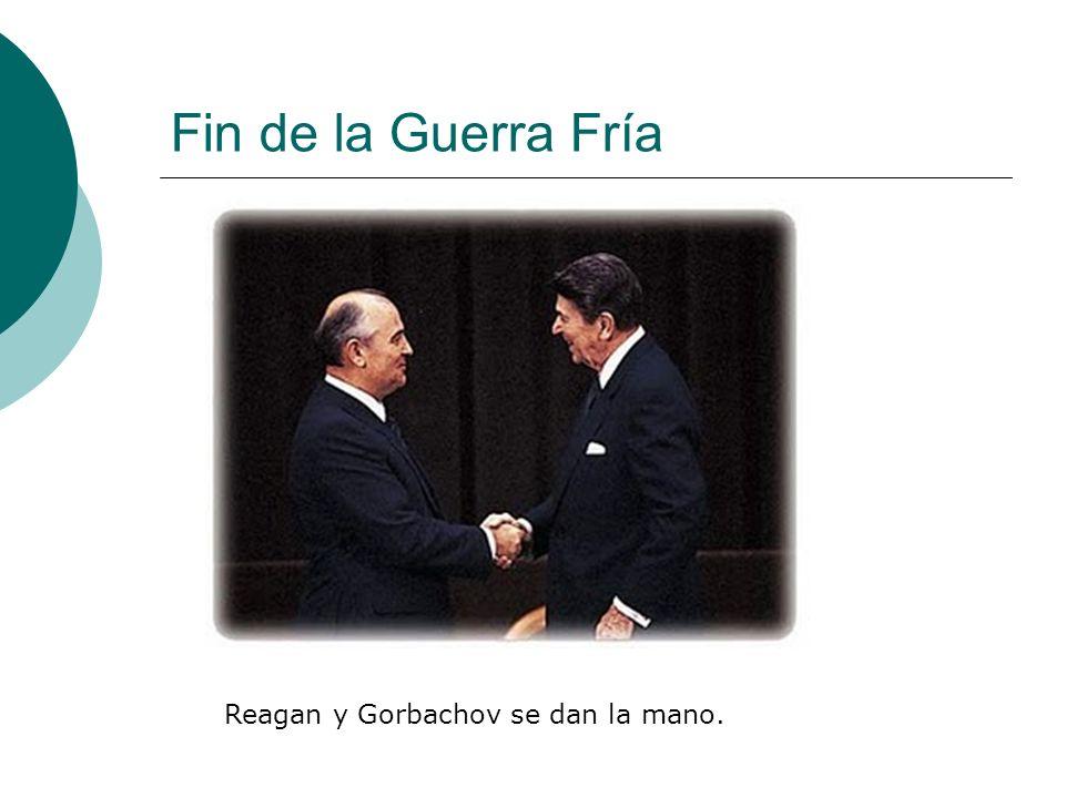 Fin de la Guerra Fría Reagan y Gorbachov se dan la mano.