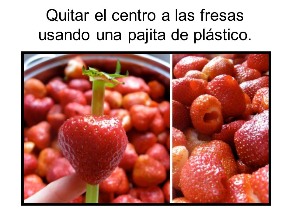 Quitar el centro a las fresas usando una pajita de plástico.