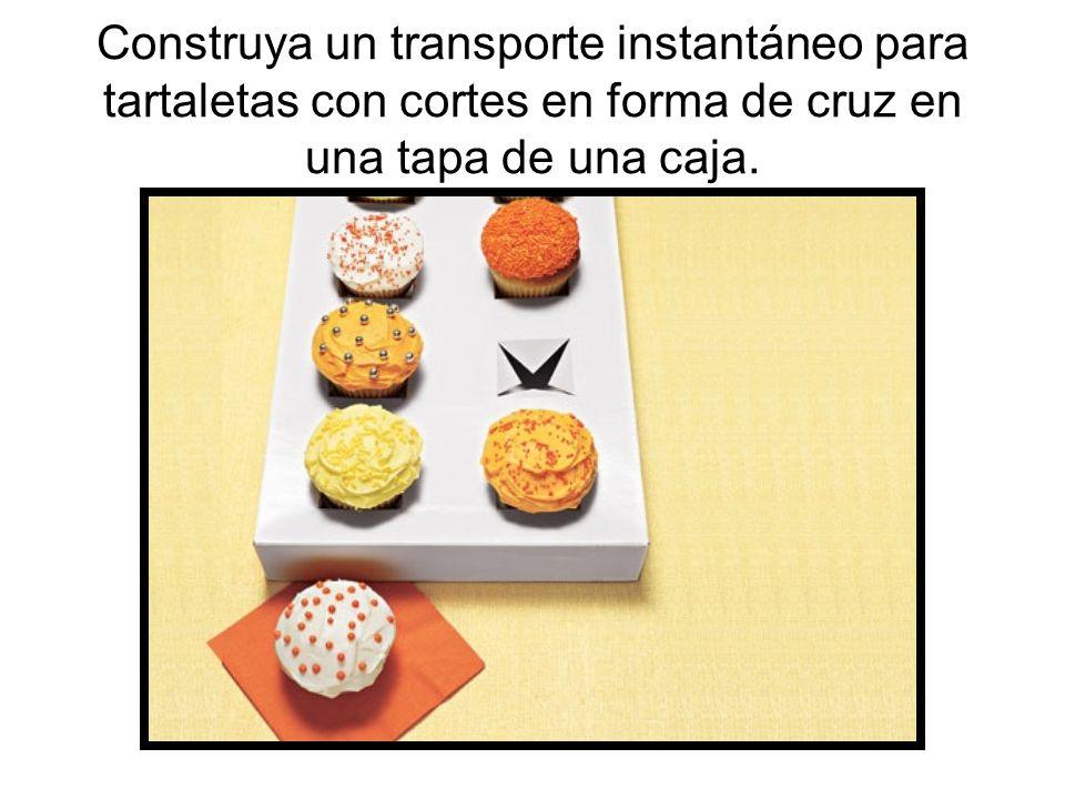 Construya un transporte instantáneo para tartaletas con cortes en forma de cruz en una tapa de una caja.