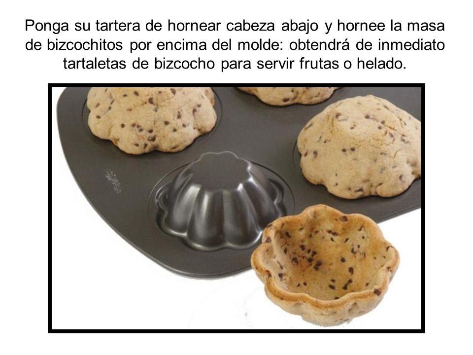 Ponga su tartera de hornear cabeza abajo y hornee la masa de bizcochitos por encima del molde: obtendrá de inmediato tartaletas de bizcocho para servir frutas o helado.