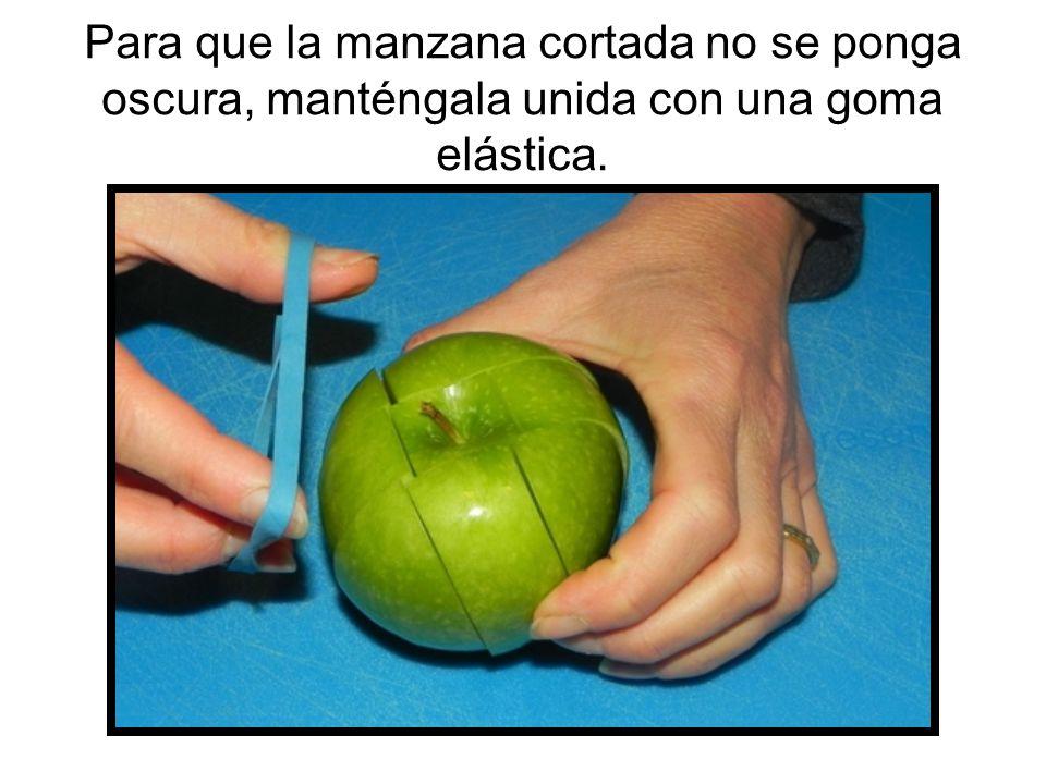 Para que la manzana cortada no se ponga oscura, manténgala unida con una goma elástica.