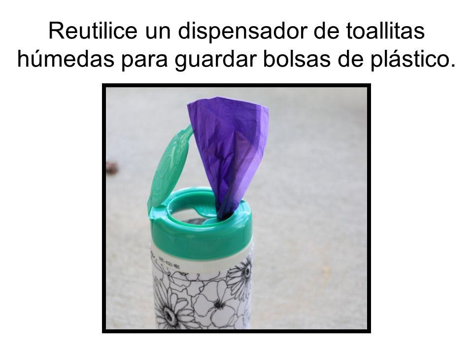 Reutilice un dispensador de toallitas húmedas para guardar bolsas de plástico.