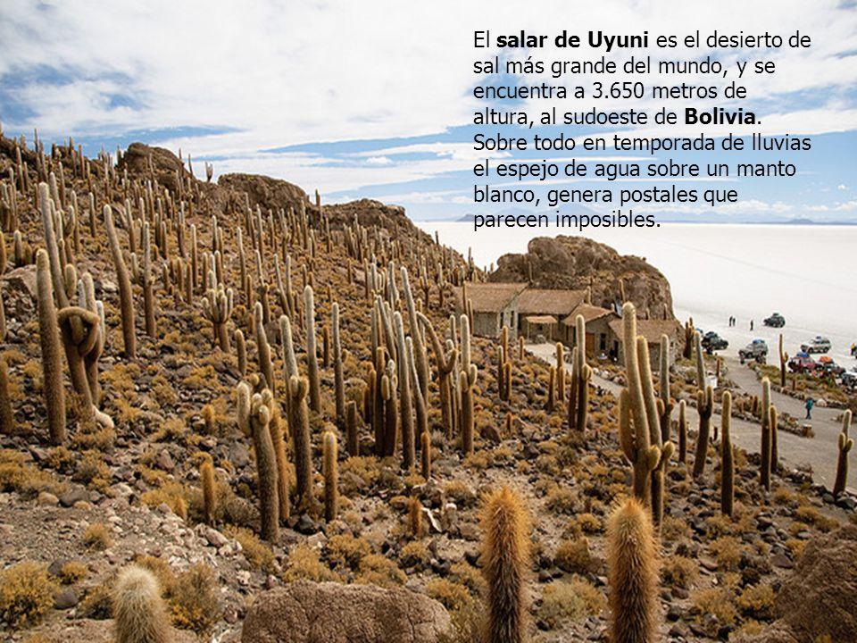 El salar de Uyuni es el desierto de sal más grande del mundo, y se encuentra a 3.650 metros de altura, al sudoeste de Bolivia.