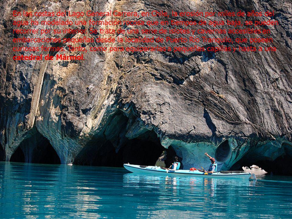 En las costas del Lago General Carrera, en Chile, la erosión por miles de años del agua ha modelado una formación rocosa que en tiempos de agua baja, se pueden recorrer por su interior.