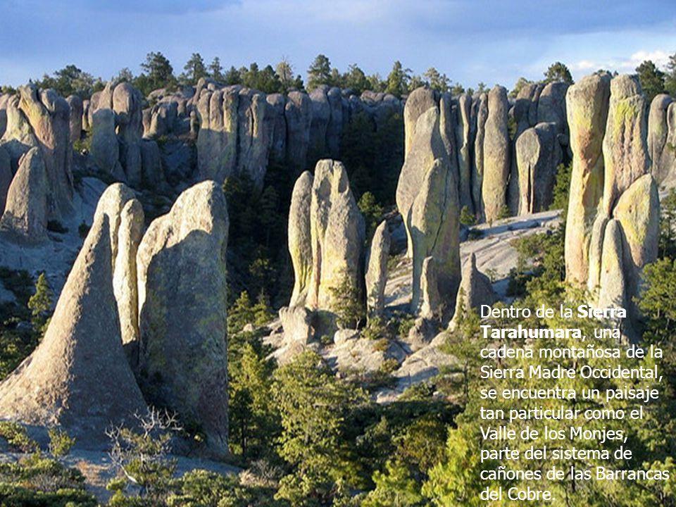 Dentro de la Sierra Tarahumara, una cadena montañosa de la Sierra Madre Occidental, se encuentra un paisaje tan particular como el Valle de los Monjes, parte del sistema de cañones de las Barrancas del Cobre.