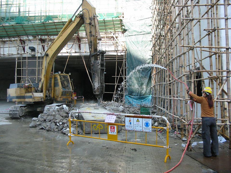 Usando agua para controlar el polvo mientras se rompe concreto