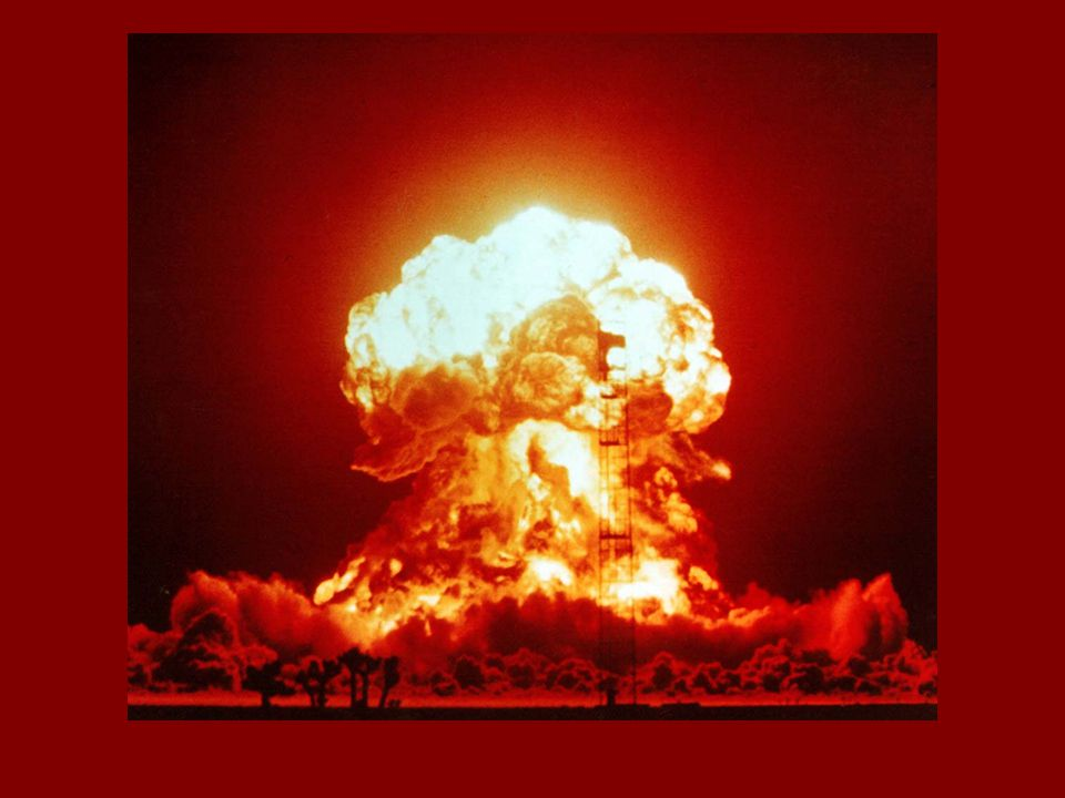 El peor de los casos, que no se puede descartar mientras existan estas armas, es una guerra nuclear entre los EE.UU. y Rusia, en el que se usen muchas o todas los 20.000 armas nucleares esos países poseen entre ellos. Si 500 ojivas alcanzaran las principales ciudades de Estados Unidos y de Rusia, 100 millones de personas podrían morir dentro de la primera media hora, y decenas de millones serían heridos a muerte. Enormes extensiones de ambos países se verían cubiertas por la lluvia radiactiva y se destruirían sus infrastructuras industriales, de transporte y de comunicación. La mayoría de los estadounidenses y los rusos morirían en los meses siguientes por enfermedad de radiación, enfermedades epidémicas, la exposición e inanición.