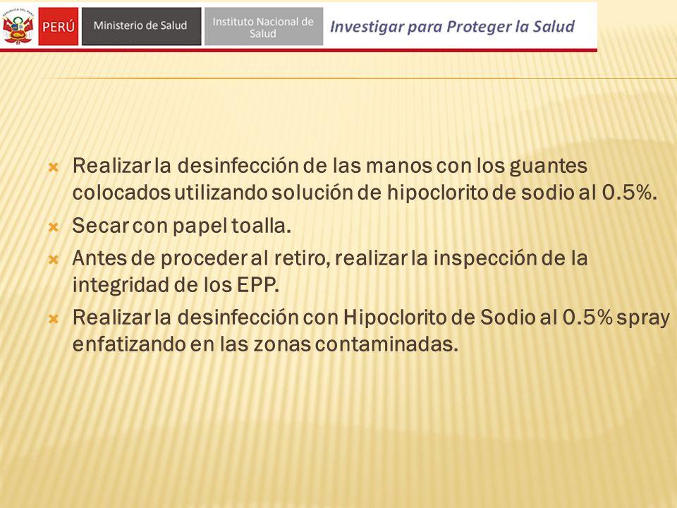 Realizar la desinfección de las manos con los guantes colocados utilizando solución de hipoclorito de sodio al 0.5%.