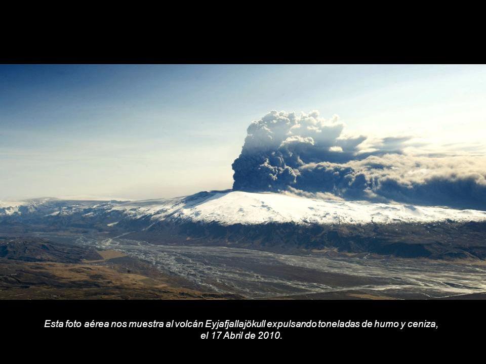 Esta foto aérea nos muestra al volcán Eyjafjallajökull expulsando toneladas de humo y ceniza, el 17 Abril de 2010.
