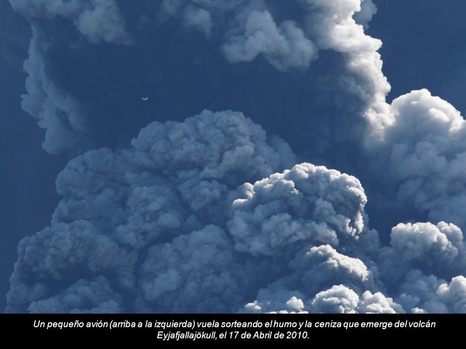 Un pequeño avión (arriba a la izquierda) vuela sorteando el humo y la ceniza que emerge del volcán Eyjafjallajökull, el 17 de Abril de 2010.