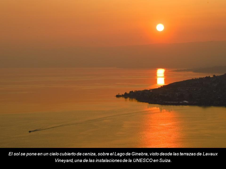 El sol se pone en un cielo cubierto de ceniza, sobre el Lago de Ginebra, visto desde las terrazas de Lavaux Vineyard, una de las instalaciones de la UNESCO en Suiza.