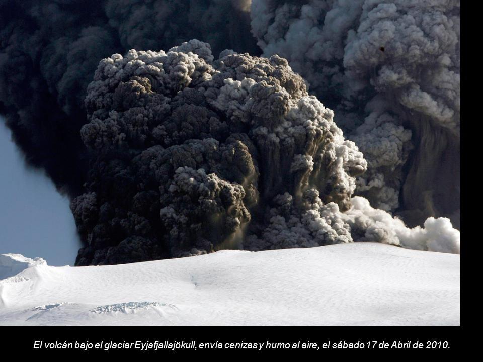 El volcán bajo el glaciar Eyjafjallajökull, envía cenizas y humo al aire, el sábado 17 de Abril de 2010.