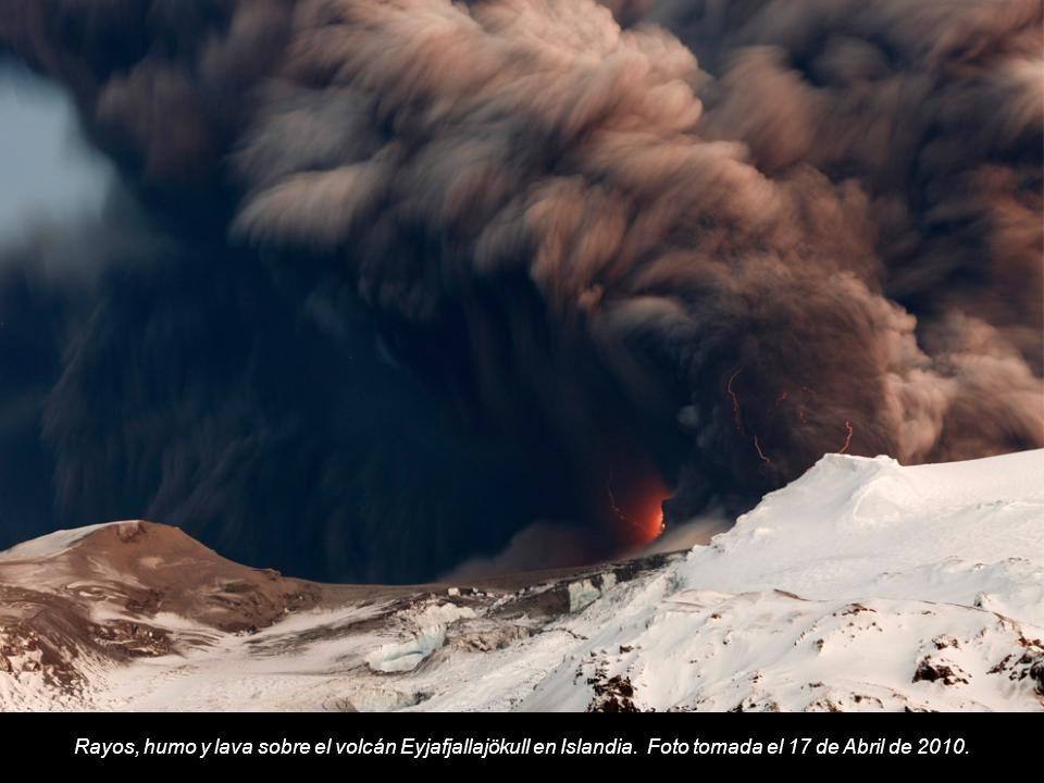 Rayos, humo y lava sobre el volcán Eyjafjallajökull en Islandia