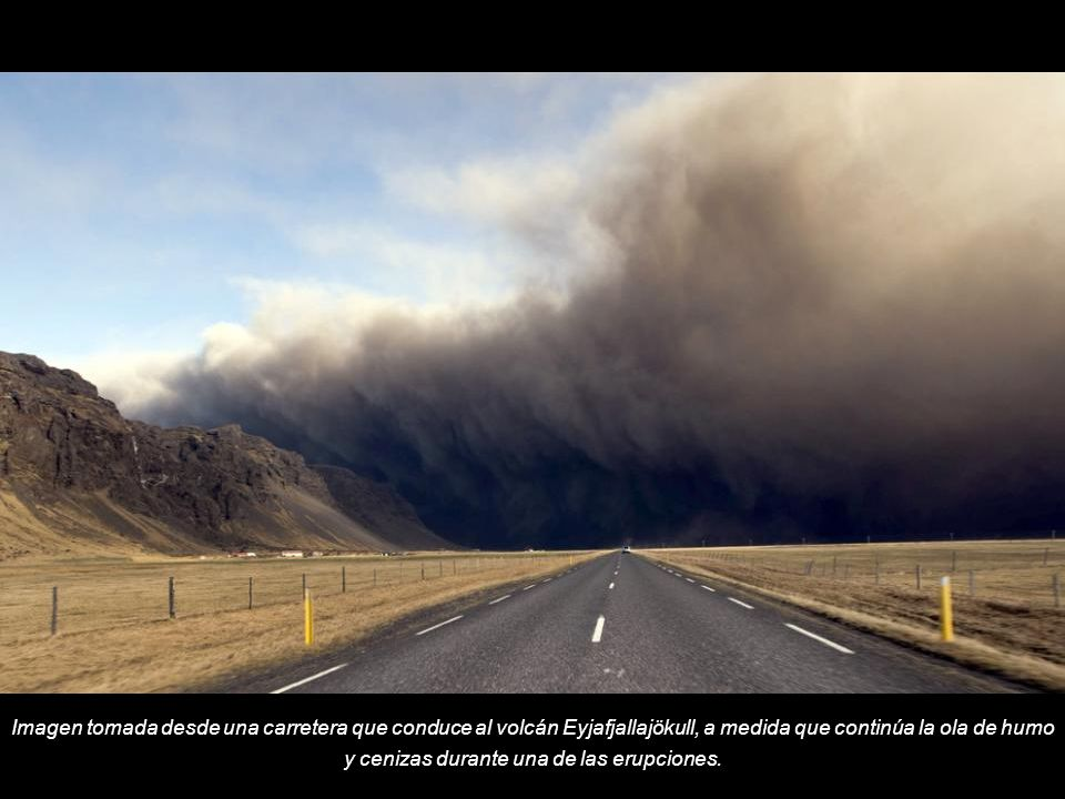 Imagen tomada desde una carretera que conduce al volcán Eyjafjallajökull, a medida que continúa la ola de humo y cenizas durante una de las erupciones.