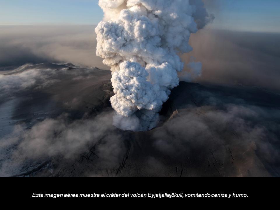 Esta imagen aérea muestra el cráter del volcán Eyjafjallajökull, vomitando ceniza y humo.
