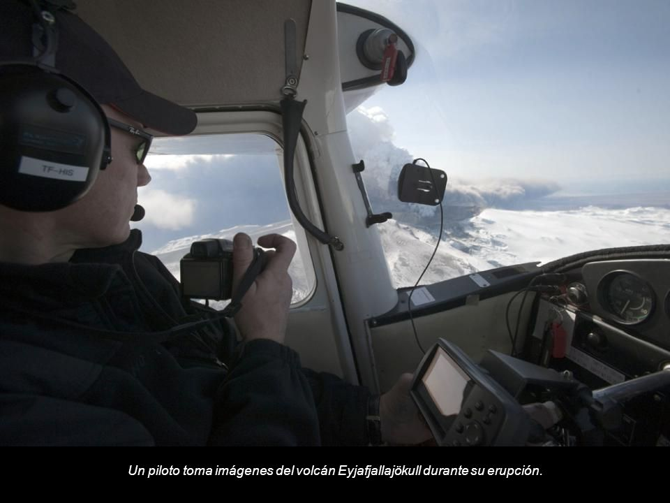 Un piloto toma imágenes del volcán Eyjafjallajökull durante su erupción.