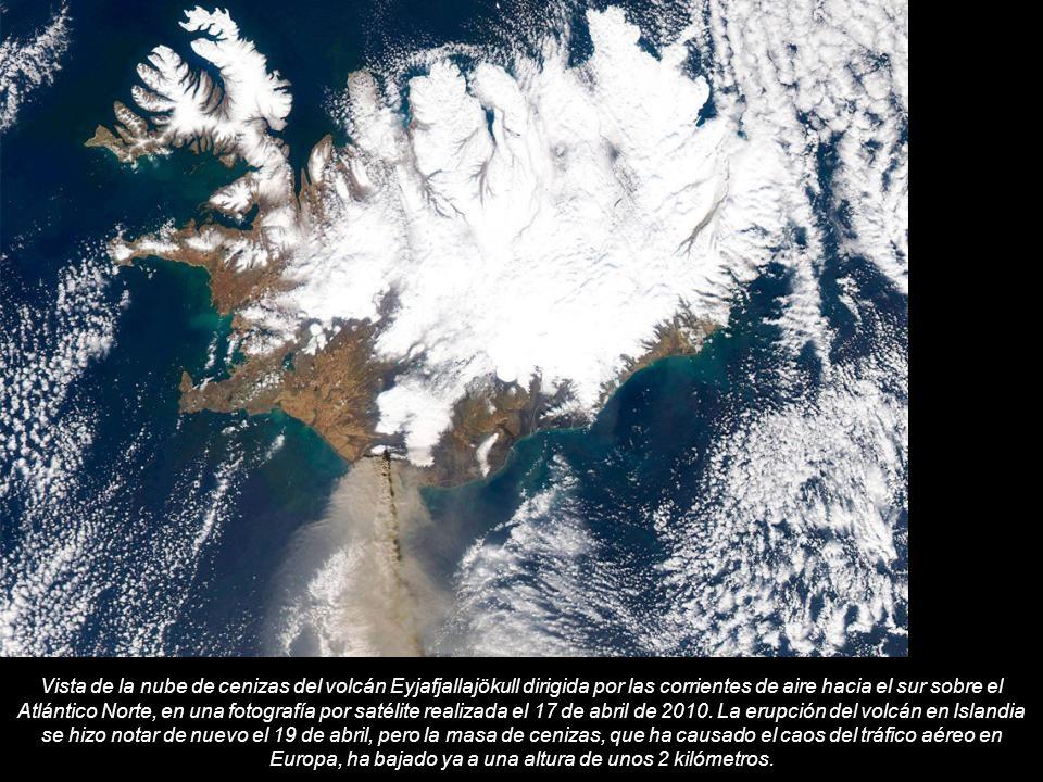 Vista de la nube de cenizas del volcán Eyjafjallajökull dirigida por las corrientes de aire hacia el sur sobre el Atlántico Norte, en una fotografía por satélite realizada el 17 de abril de 2010.