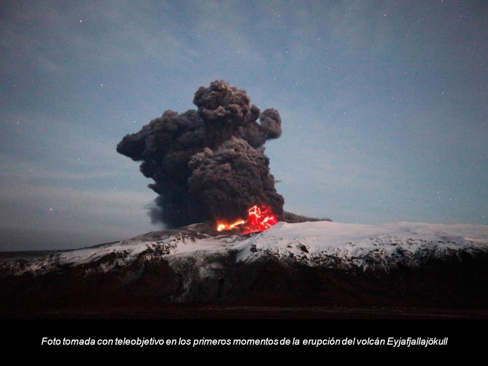 Foto tomada con teleobjetivo en los primeros momentos de la erupción del volcán Eyjafjallajökull