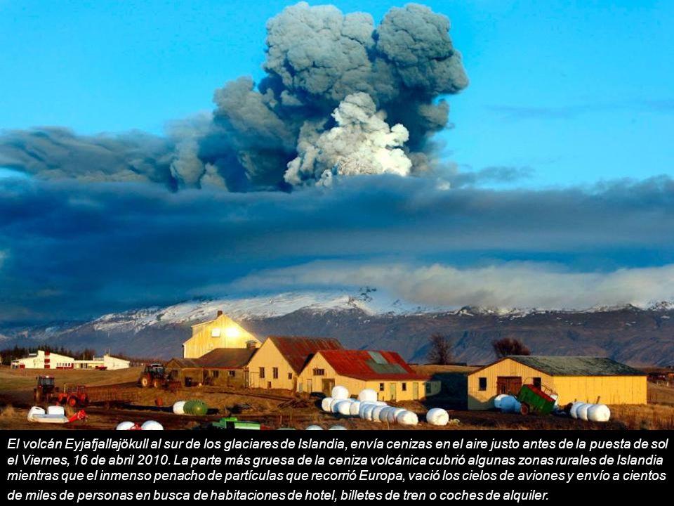 El volcán Eyjafjallajökull al sur de los glaciares de Islandia, envía cenizas en el aire justo antes de la puesta de sol el Viernes, 16 de abril 2010.