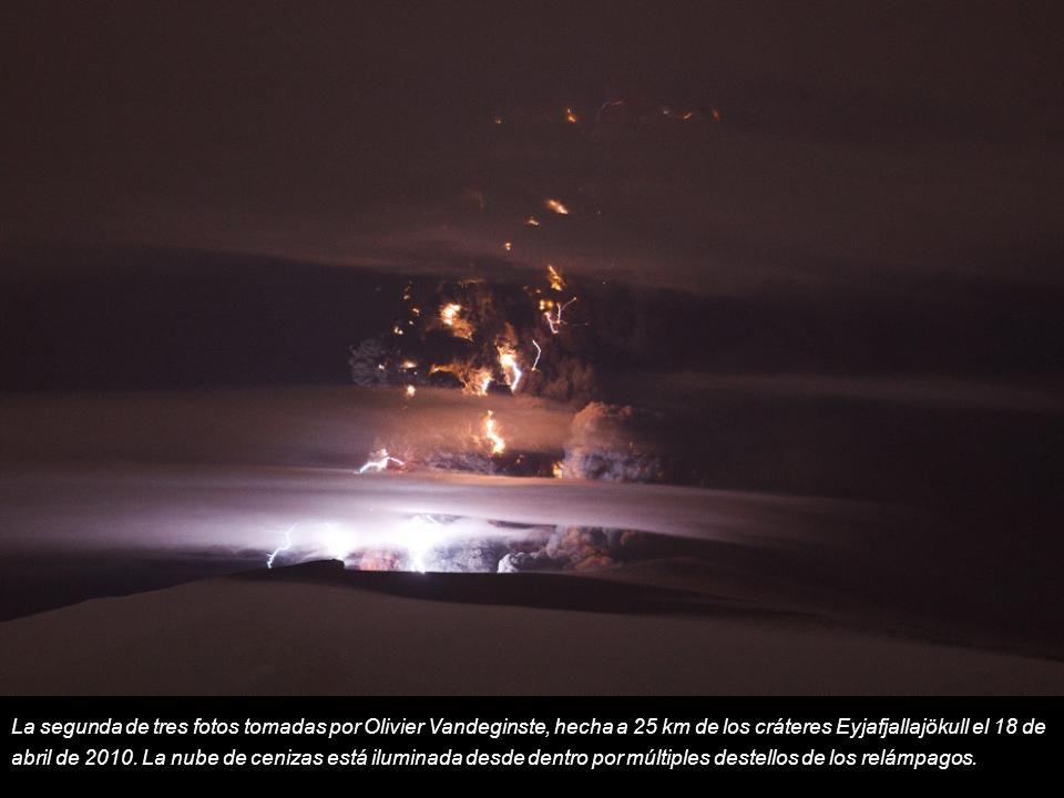 La segunda de tres fotos tomadas por Olivier Vandeginste, hecha a 25 km de los cráteres Eyjafjallajökull el 18 de abril de 2010.