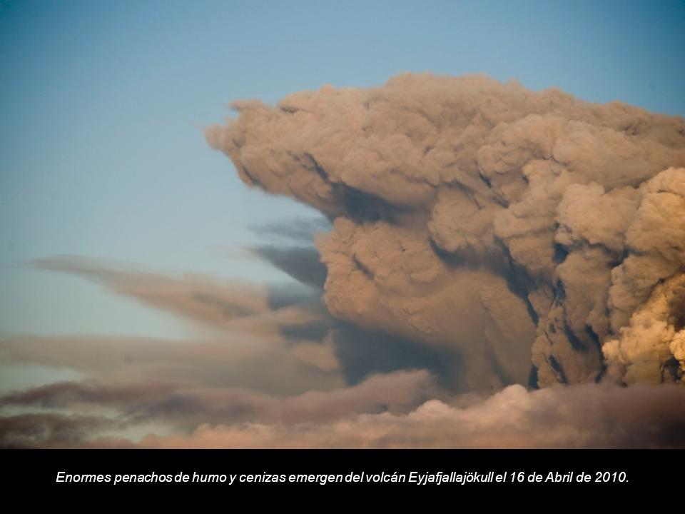 Enormes penachos de humo y cenizas emergen del volcán Eyjafjallajökull el 16 de Abril de 2010.