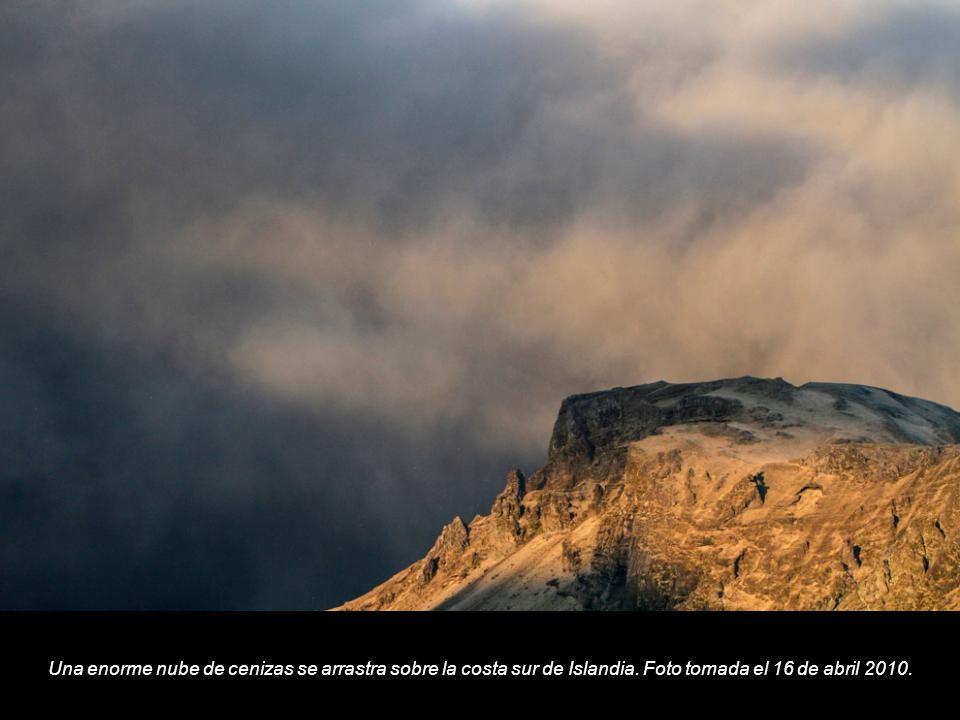Una enorme nube de cenizas se arrastra sobre la costa sur de Islandia