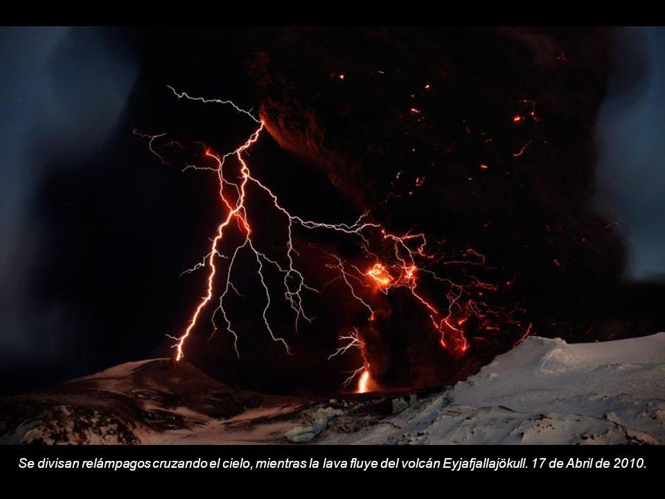 Se divisan relámpagos cruzando el cielo, mientras la lava fluye del volcán Eyjafjallajökull.