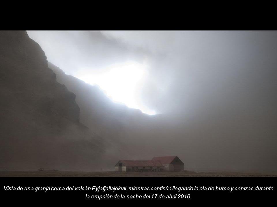 Vista de una granja cerca del volcán Eyjafjallajökull, mientras continúa llegando la ola de humo y cenizas durante la erupción de la noche del 17 de abril 2010.
