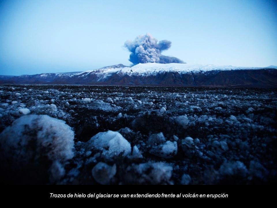 Trozos de hielo del glaciar se van extendiendo frente al volcán en erupción