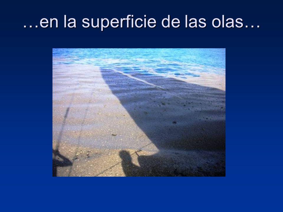 …en la superficie de las olas…