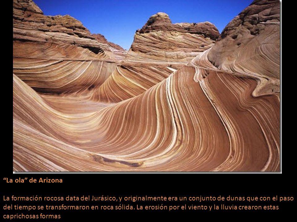 La ola de Arizona La formación rocosa data del Jurásico, y originalmente era un conjunto de dunas que con el paso del tiempo se transformaron en roca sólida.