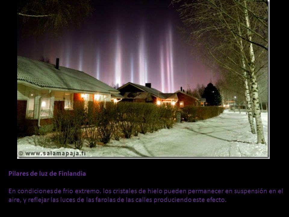 Pilares de luz de Finlandia En condiciones de frio extremo