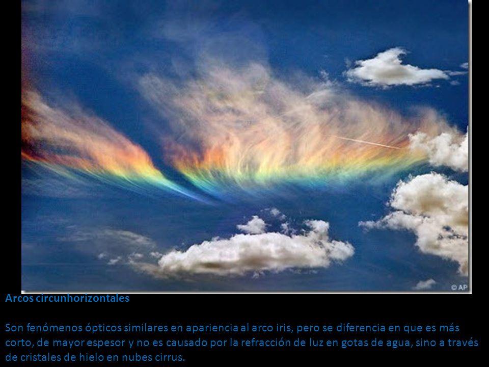 Arcos circunhorizontales Son fenómenos ópticos similares en apariencia al arco iris, pero se diferencia en que es más corto, de mayor espesor y no es causado por la refracción de luz en gotas de agua, sino a través de cristales de hielo en nubes cirrus.