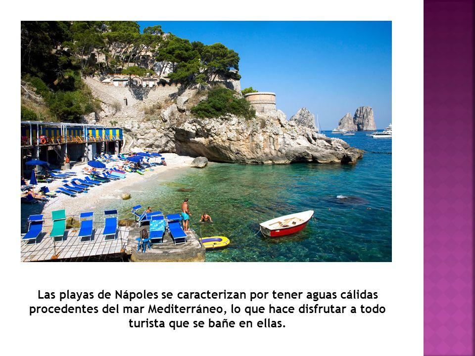 Las playas de Nápoles se caracterizan por tener aguas cálidas procedentes del mar Mediterráneo, lo que hace disfrutar a todo turista que se bañe en ellas.