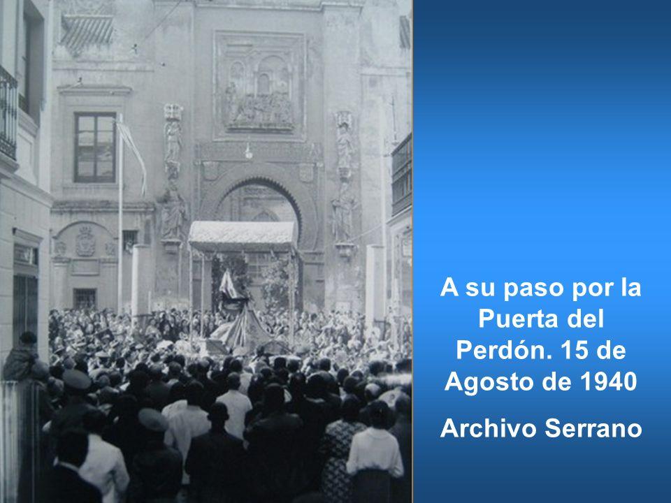 A su paso por la Puerta del Perdón. 15 de Agosto de 1940