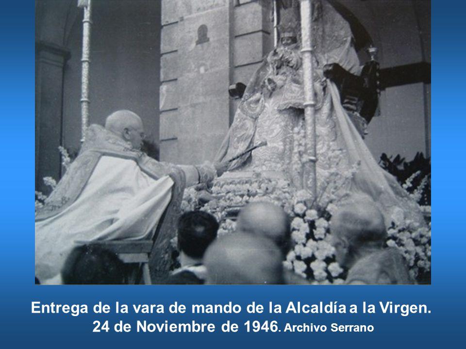 Entrega de la vara de mando de la Alcaldía a la Virgen.