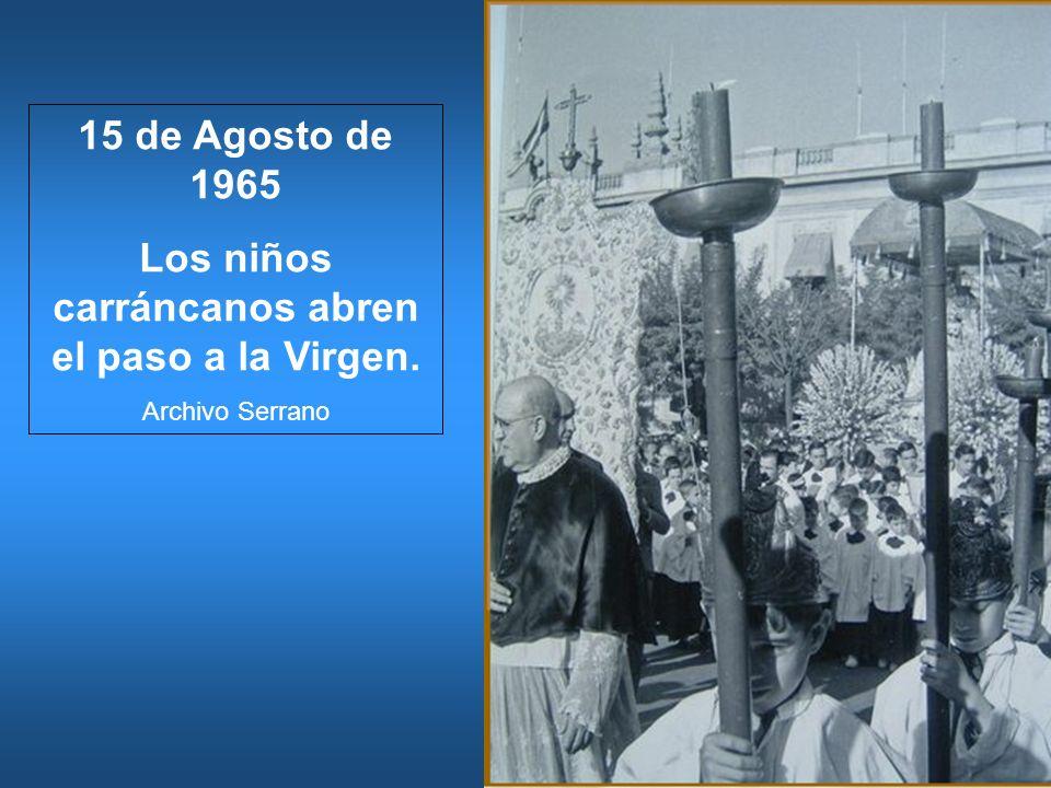 Los niños carráncanos abren el paso a la Virgen.