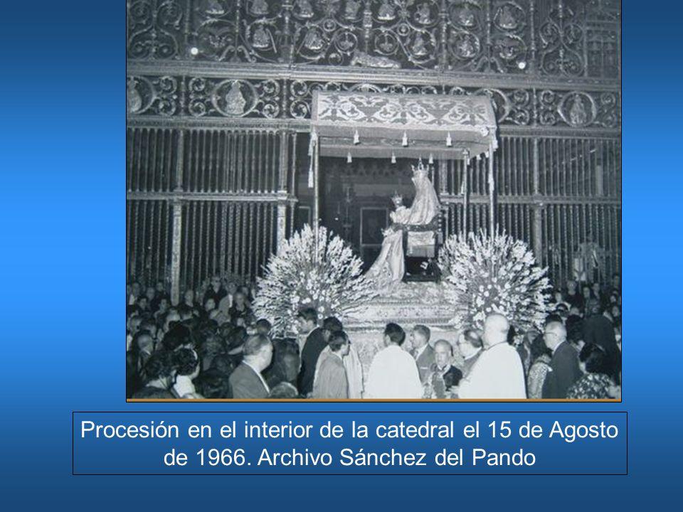 Procesión en el interior de la catedral el 15 de Agosto de 1966
