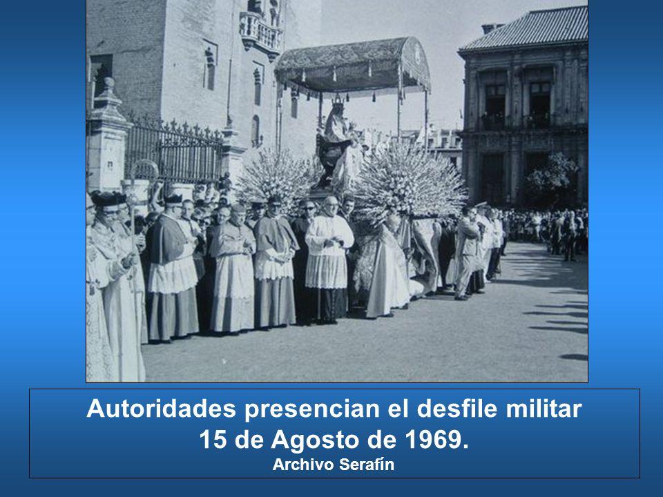Autoridades presencian el desfile militar