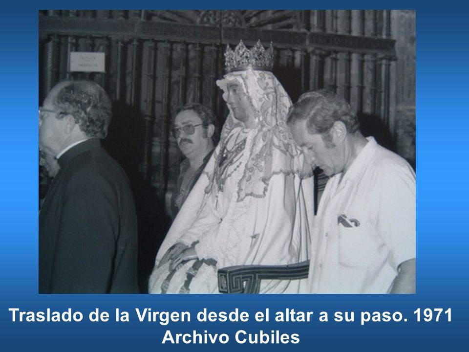 Traslado de la Virgen desde el altar a su paso. 1971