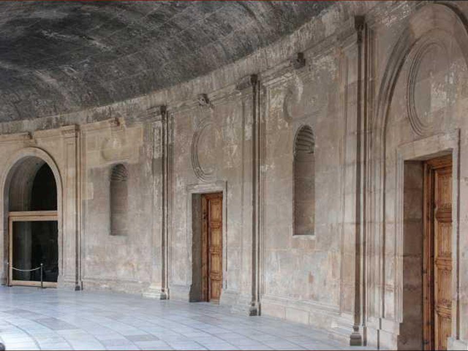 Su severa tipología queda reforzada por la bóveda anular que presiona el primer piso de orden dórico, coronado por un juego continuo de triglifos y metopas, y la pesada barandilla que defiende el corredor jónico alto.