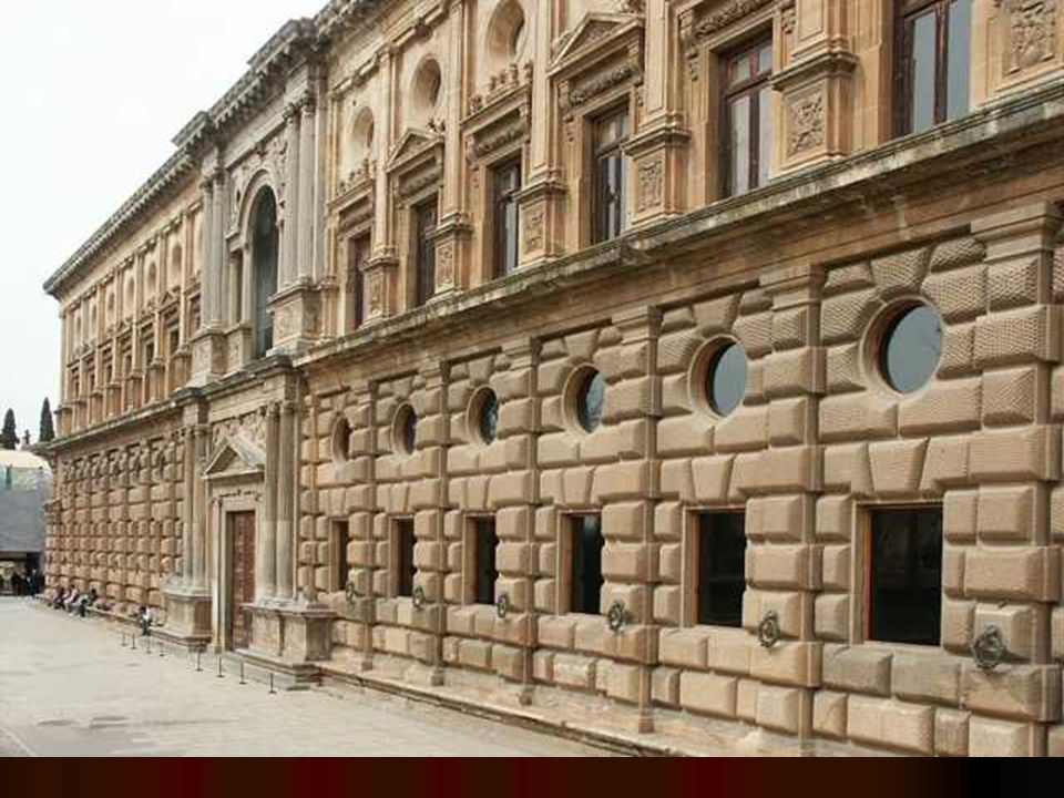 Exteriormente, se distribuye también en dos pisos: el inferior almohadillado a la rústica; en su parte más baja se desarrolla un banco corrido a lo largo de todo el muro exterior.