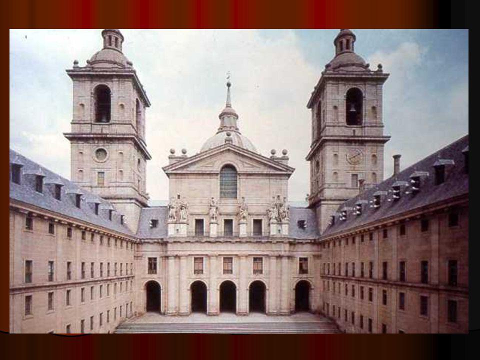 La fachada de la iglesia se inscribe en los parámetros del dórico gracias a seis semicolumnas gigantes que se corresponden, en el nivel superior, con los pedestales que lucen las seis esculturas de los reyes de Israel –de ahí el nombre de Patio de los Reyes-.