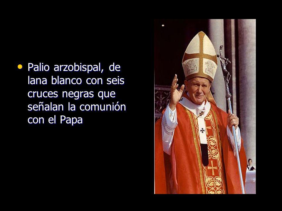 Palio arzobispal, de lana blanco con seis cruces negras que señalan la comunión con el Papa