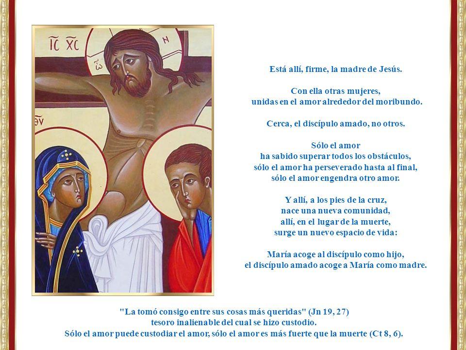 Está allí, firme, la madre de Jesús. Con ella otras mujeres,
