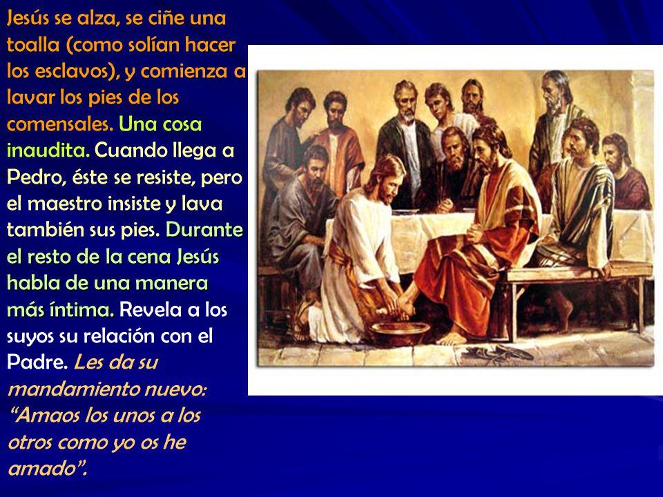 Jesús se alza, se ciñe una toalla (como solían hacer los esclavos), y comienza a lavar los pies de los comensales.