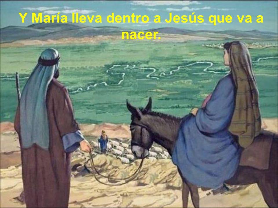 Y María lleva dentro a Jesús que va a nacer.