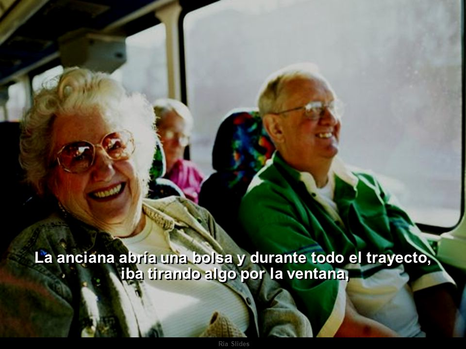 La anciana abría una bolsa y durante todo el trayecto,
