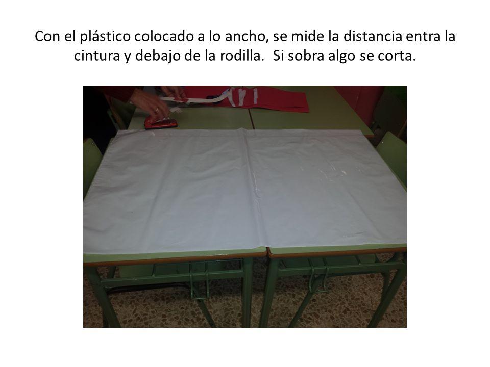 Con el plástico colocado a lo ancho, se mide la distancia entra la cintura y debajo de la rodilla.